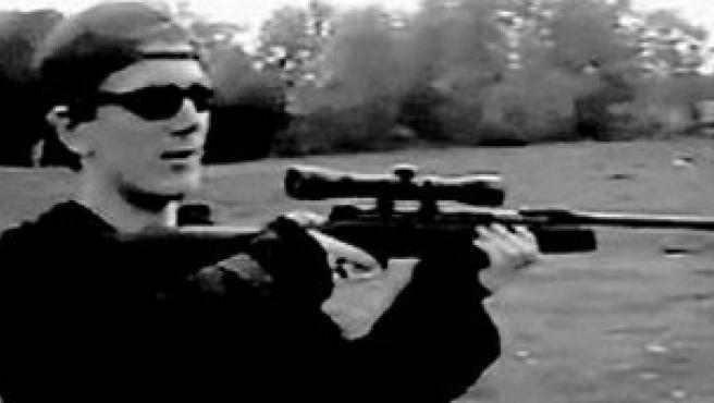 El joven alemán que se suicidó ayer tras secuestrar un colegio empuña un rifle (Imagen difundida por la policía alemana).