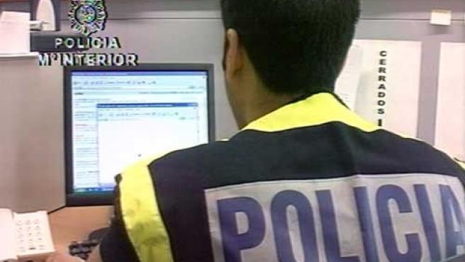 La Policía Nacional ha detenido a trece individuos que distribuían con porno infantil. (DGP)