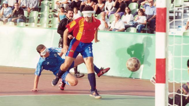 Un jugador de la selección española de ciegos lanza a puerta.