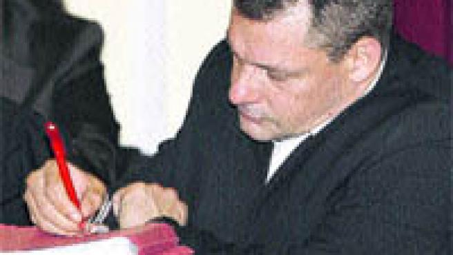 Tony King, único acusado del asesinato de Rocío, tomando notas durante la sesión de ayer del juicio (R. D. / EFE).