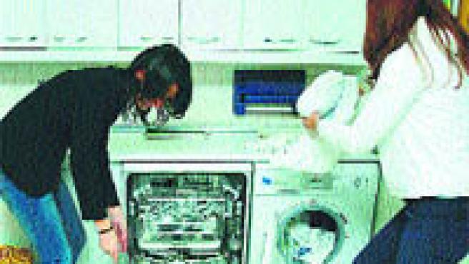 Hay que meter los platos en el lavavajillas aclarados (Archivo).