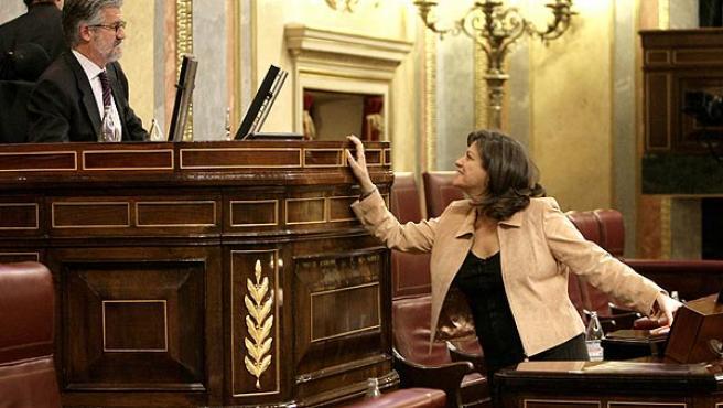 Trujillo dialoga con Manuel Marín tras su intervención en el Congreso. (Ángel Díaz / Efe)
