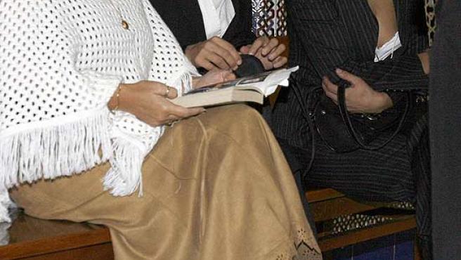 La ex mujer de King, Cecilia Pantoja, en el centro, y su hermana, Ingrid, a la derecha, en el juicio. (Rafael Díaz / Efe)