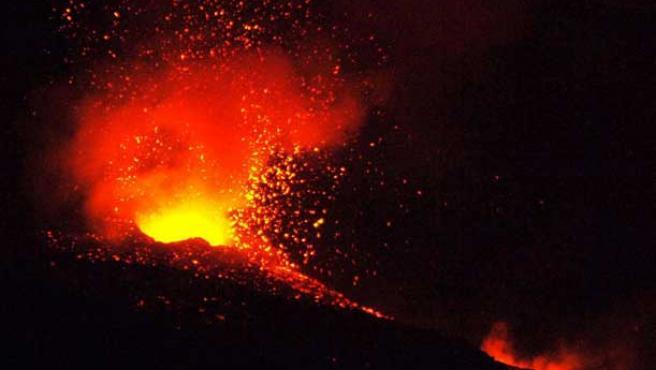 La lava sale de un cráter durante la erupción del volcán Etna. (Orietta Scardino / Efe)