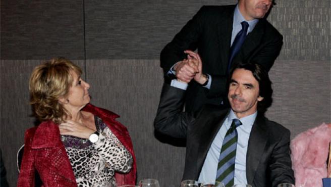 """José María Aznar saluda a Alberto Ruiz Gallardón en presencia de Esperanza Aguirre (i), durante el acto en el que ha sido nombrado """"afiliado de honor"""" (Foto: Efe)"""