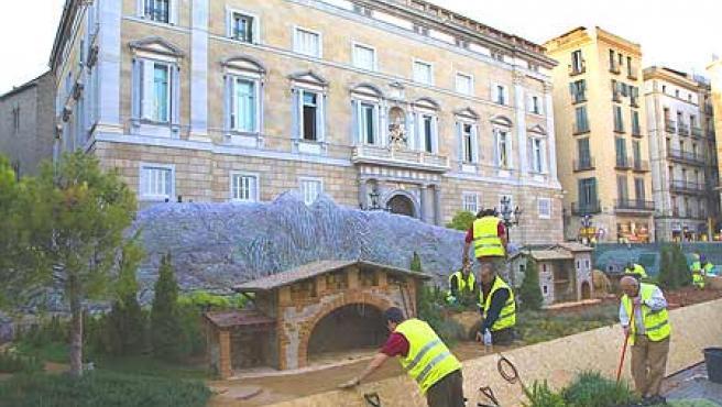 Los operarios trabajaban ayer en la plaça Sant Jaume para dejar a punto el belén de este año. (Eros Albarrán)