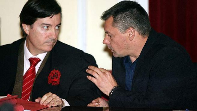 Tony King conversa con su abogado en una imagen de archivo (Antonio Pastor / EFE).