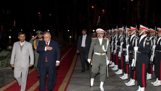 El presidente iraquí, Jalal Talabani (2º izq), y su homólogo iraní, Mahmud Ahmadineyad (izq), este martes, en Teherán. (EFE)