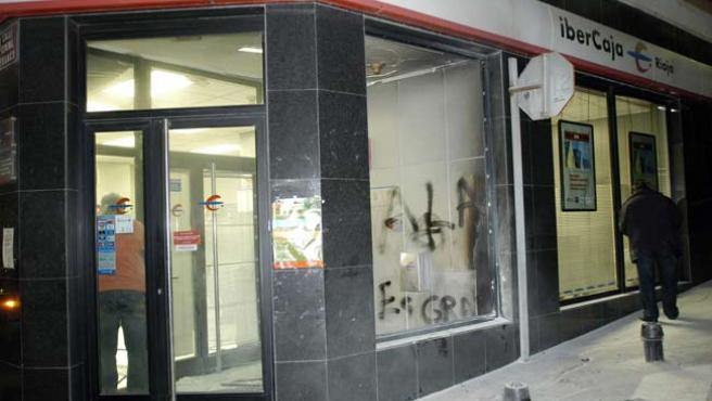 Una de las bancarias de La Rioja que han sido atacadas esta noche. (EFE)
