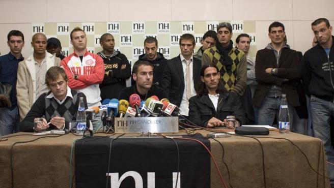 La plantilla del Alavés, durante la rueda de prensa en apoyo a Carreras (EFE).