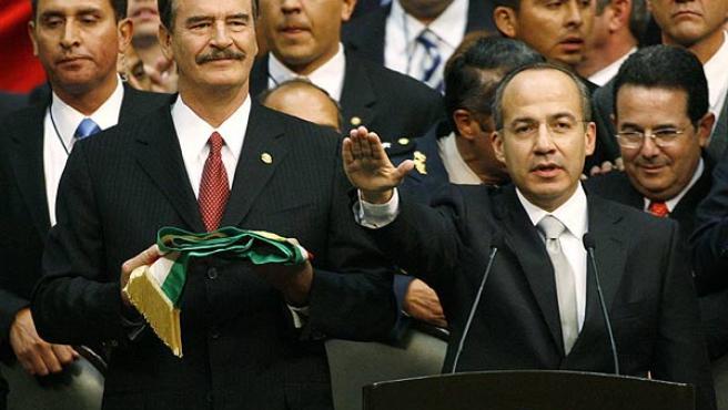 Fox y Calderón, durante la toma de posesión. (Henry Romero / Reuters)