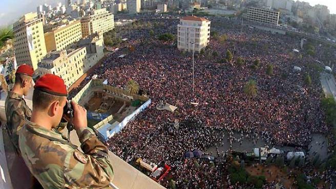 Soldados libaneses vigilan el desarrollo de la manifestación en Beirut (EFE)