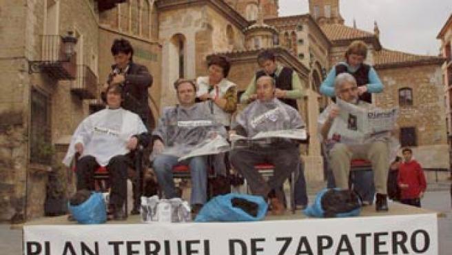Miembros de la plataforma Teruel Existe se cortan el pelo en protesta por la pasividad del Gobierno (EFE).