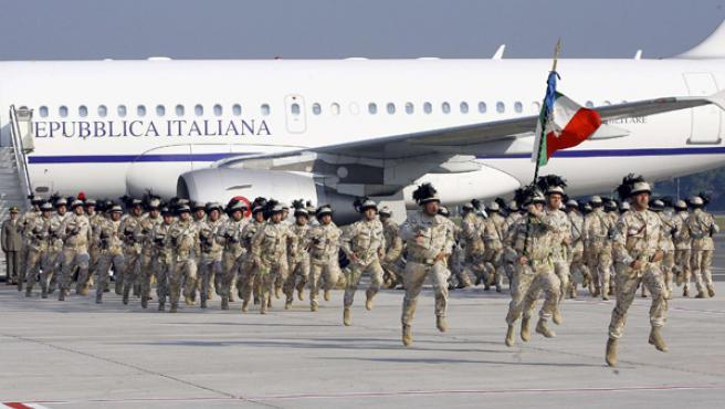 El último contingente de soldados italianos en Irak llega a Roma.
