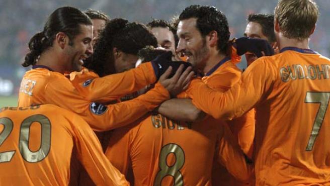 Los jugadores del Barça celebran el primero de sus dos goles al Levski (Ognen Teofilovski/Reuters).