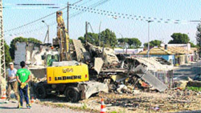 Las obras de derribo en la avenida de Dénia, junto a Vistahermosa, ya han comenzado.(F. González)