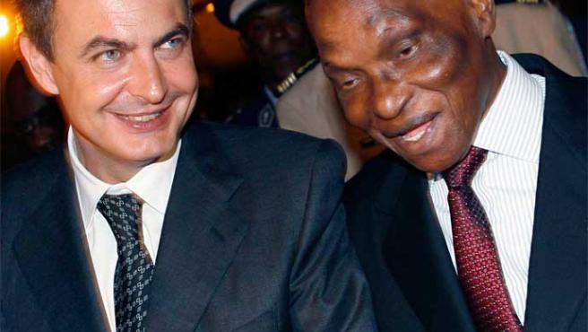 Zapatero es recibido por su homólogo senegalés, Abdoulaye Wade (Paco Campos / Efe)