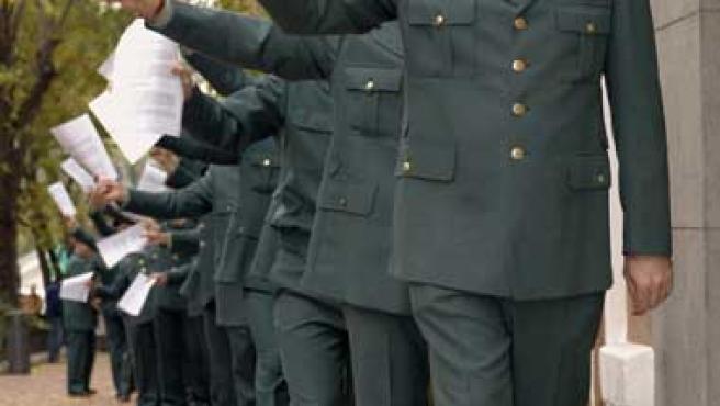 Varios guardias civiles de uniforme entregaron un escrito de queja (Zipi / Efe)