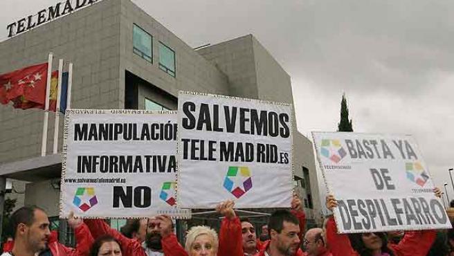 Trabajadores de Telemadrid protestan ante las instalaciones de la cadena en Pozuelo de Alarcón (EFE/JOSÉ ALFONSO)