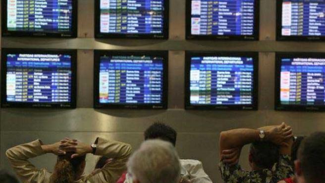 Viajeros esperando en el aeropuerto de Sao Paulo. (Efe)