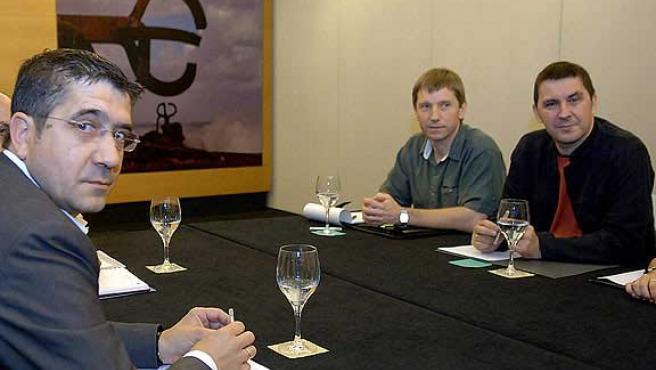 Patxi López (i) y Arnaldo Otegi (d), tras la reunión en junio.(Efe)