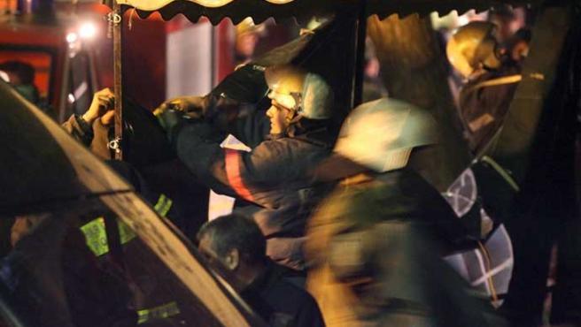 Los cuerpos de bomberos trabajan en el hospital de Moscú (Efe)