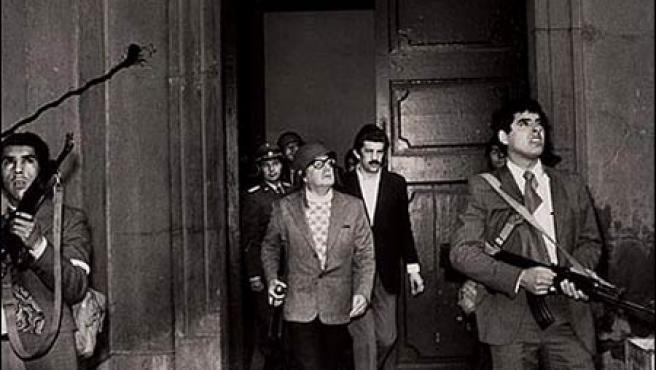 Salvador Allende (pistola en mano a la izquierda) defiende el Palacio de la Moneda, sede del Gobierno democrático de Chile, durante el golpe de Estado de Pinochet en 1973 (Archivo).