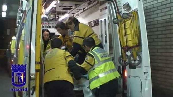 Heridos en una reyerta. El Samur atiende a uno de los jóvenes herido por arma blanca el sábado (AYUNTAMIENTO DE MADRID)