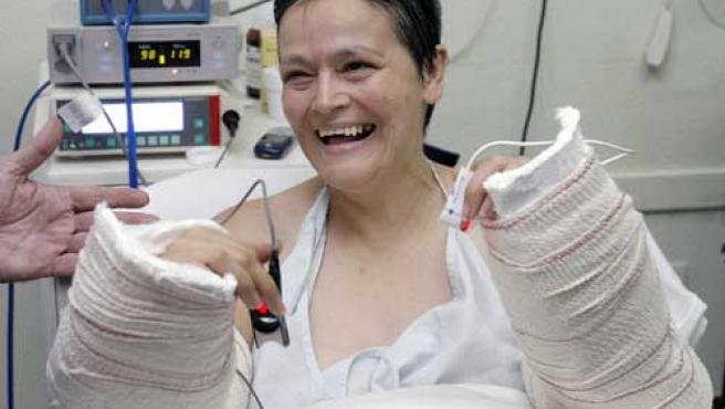 Alba L.C., primera mujer que recibe un implante bilateral de antebrazos y manos. (Manuel bruque / Efe)