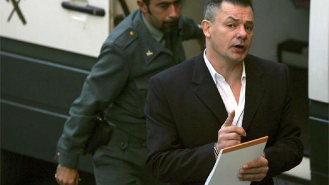 Tony King es escoltado por un guardia civil a su llegada al juicio por la muerte de Rocío Wanninkhof (Efe)