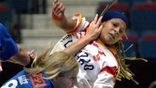 La española Marta Mangue dispara ante la oposición de la croata Anita Gace (Janerik Henriksson/EFE).