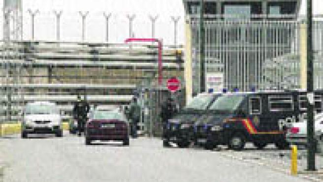 Controles policiales en el puerto de Ceuta tras las detenciones de islamistas.(Efe).