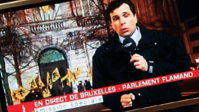 Un periodista de la televisión pública belga informa en directo de sucesos que nunca tuvieron lugar.