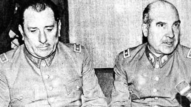 El general Prats (a la izquierda), sentado junto a René Schneider. (Foto: WIKIPEDIA)