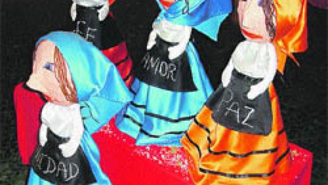 Los participantes han convertido trozos de tela, cartón y lana en símbolos de las fiestas navideñas.