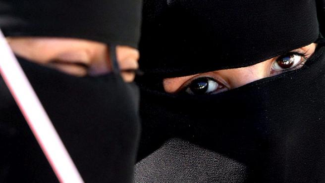 Ojos negros. Seguidoras del grupo Hamás participan en una manifestación en Yarmouk, en la Franja de Gaza.