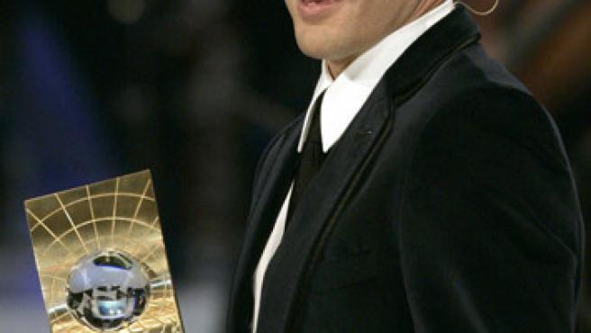 Cannavaro con su premio de Mejor Jugador del Mundo. (Reuters)