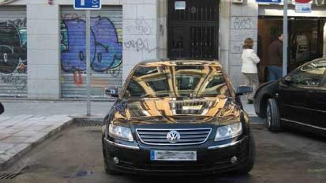 El coche oficial del alcalde de Madrid, pillado 'in fraganti' aparcando donde no debe (L.F.T)