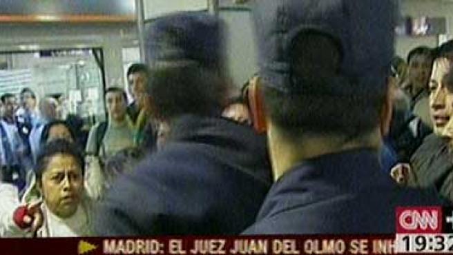 Un grupo de entre 50 y 80 afectados por Air Madrid se enfrenta a miembros de la policía en Barajas (CNN)