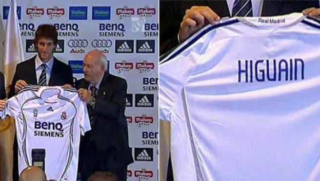 Ramón Calderón, Gonzalo Higuaín y Alfredo Di Stéfano durante la presentación. (Real Madrid TV)