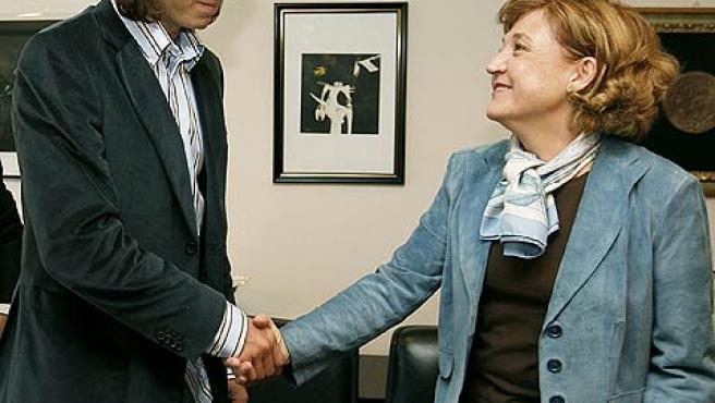 Rafael Nadal saluda a la directora general de RTVE, Carmen Cafarell. (Efe)