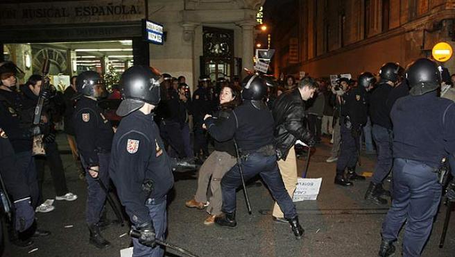 Miembros de la Policía Nacional intervienen durante la manifestación en Madrid. (Víctor Lerena / Efe)