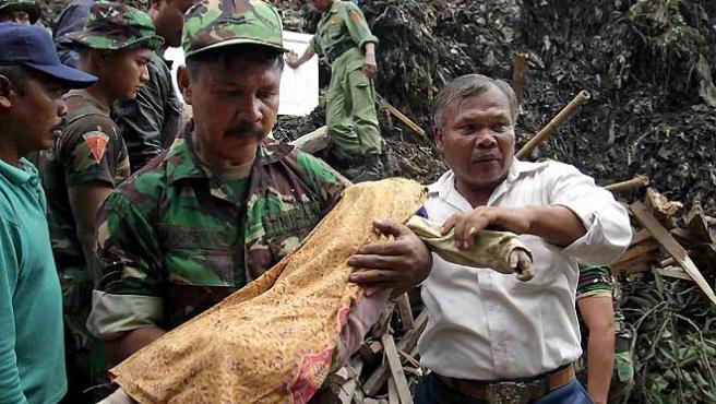 Un soldado lleva en brazos el cuerpo de un niño que murió a consecuencia del tsunami en 2004. (ARCHIVO)