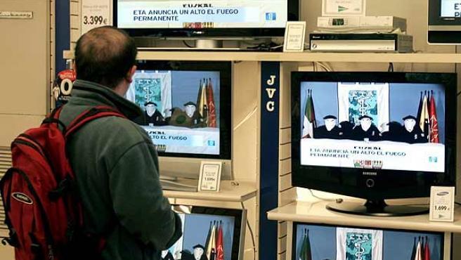 Un escaparate con televisiones que transmiten el anuncio de alto el fuego de ETA. (EFE)