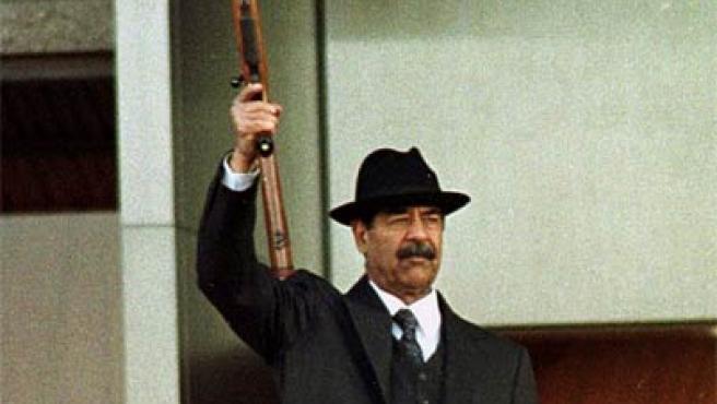 Sadam Husein, en diciembre de 2001 durante una parada militar (Archivo).