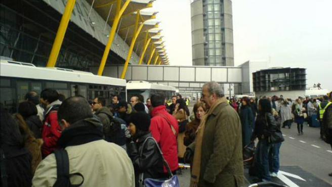 Los pasajeros se quejan de la desinformación en Barajas, donde el caos se adueña de buena parte de las terminales (DAVID DE FRANCISCO SERRALTA)