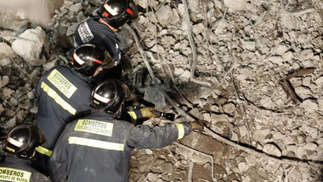 Las tareas de los bomberos se centran en encontrar a los dos desaparecidos entre los escombros.