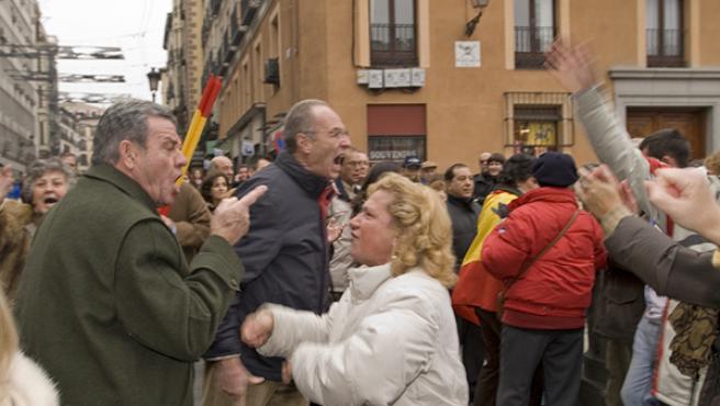 Manifestantes de las dos manifestaciones del centro de Madrid se enzarzaron en una discusión (PABLO SABATÉ).