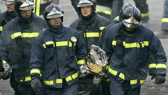 Los bomberos rescatan el cadáver de Diego Estacio (B. Echávarri / EFE).