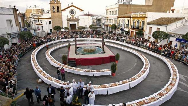 El roscón de Camas, en la plaza de la Constitucion de la localidad sevillana (Foto: Efe)